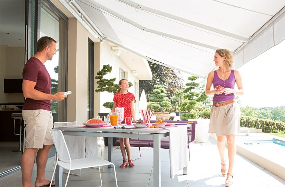 outdoor-living-retractable-awning